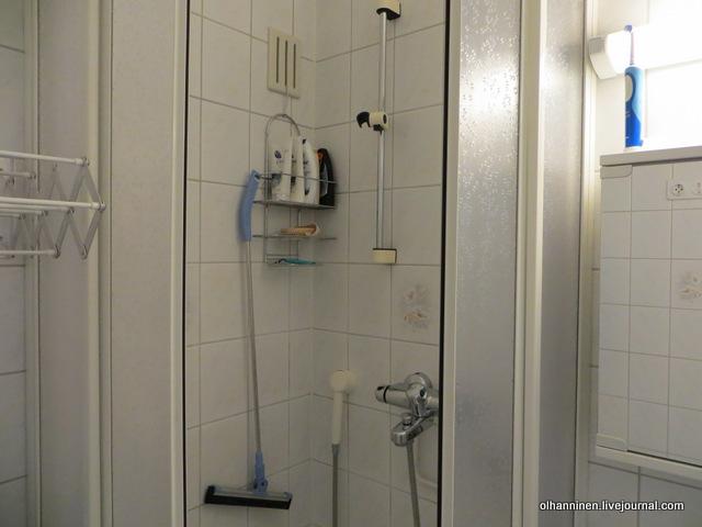 швабра висит на полочке в ванной