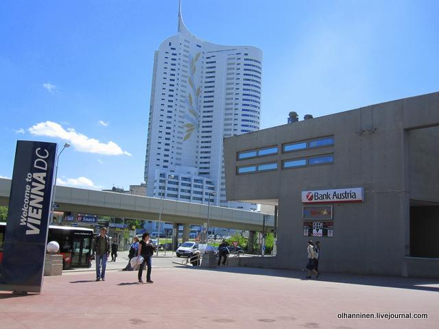 венский банк и гипермаркет