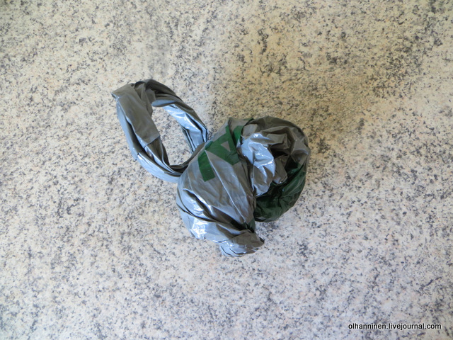 4-продеваем рулончик в ушки пакета и получаем аккуратный комочек