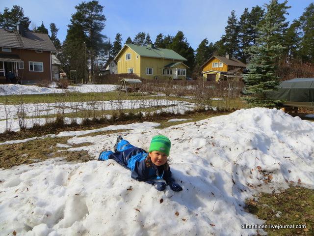 1 валяться в снегу еще можно, а кататься на санках уже нет, пробовал