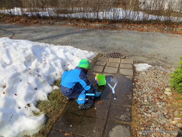9 наливаем лопатой воду в ведро