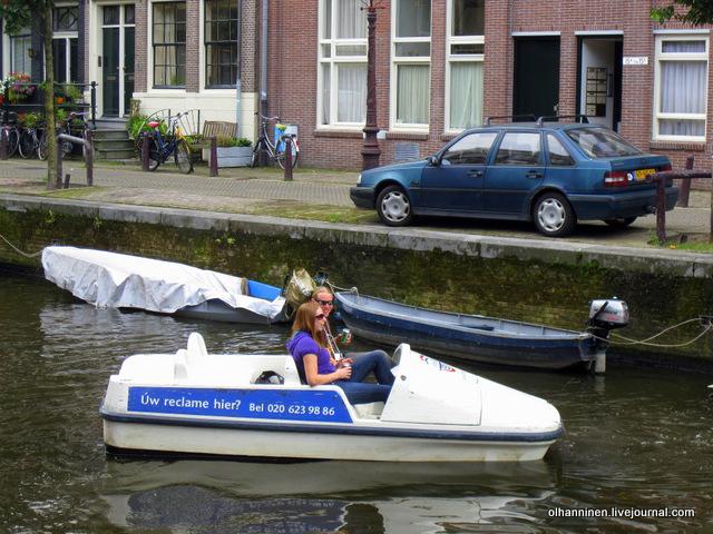 лодка с юношей и девушкой