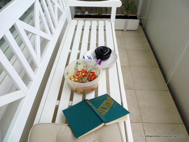 в тени на балконе