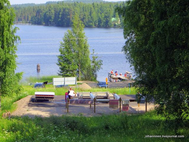 намыливая и споласкивая ковры на озерных мостках, люди наклоняются, а в прачечной нет