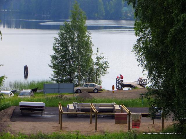 прачечная вообще стоит пустая, а женщина стирает ковер в озере
