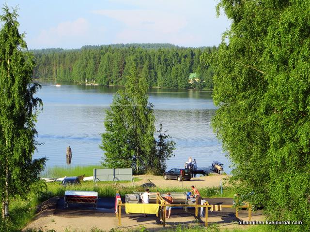 ребенок стирает в озере вместе с мамой