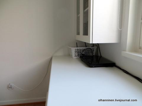 общий провод в стене белый