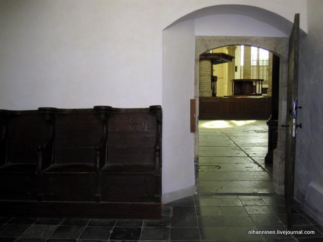 кресла и выход из маленькой капеллы с выставкой фотографий Рембрандтовых  набросков Саскии