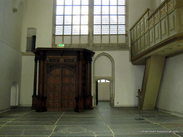 могила Саскии в полу Аудекерк и вход в капеллу с фотографиями рисунков Рембрандта