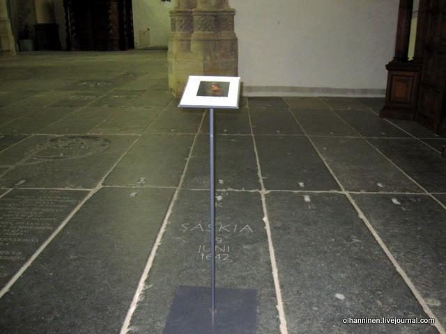 табличка на могиле в полу Саскии ван Эйленбрюх, первой жены Рембрандта