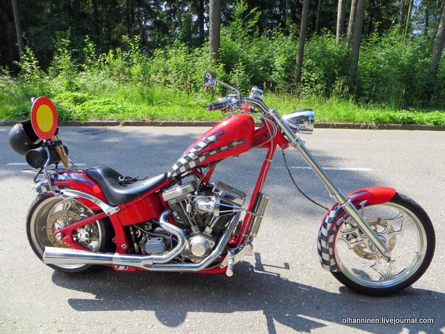 20 красный мотоцикл в черных шашечках