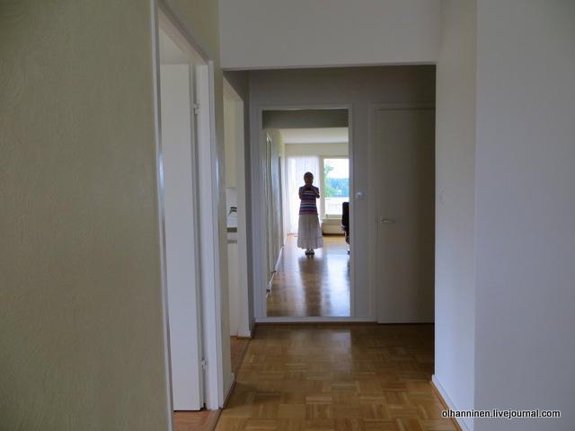 белая юбка и полосатая футболка