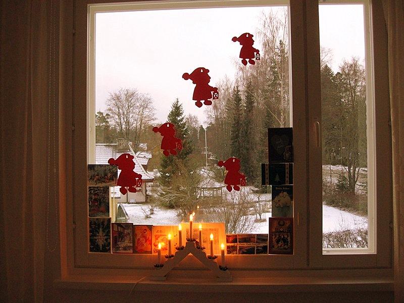 На всех окнах, кроме того, которое выходит на озеро, красные гномики