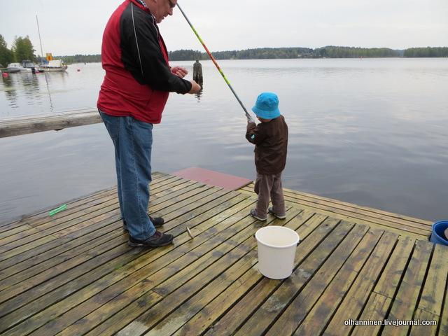 14 дед снимает внуку рыбу с крючка