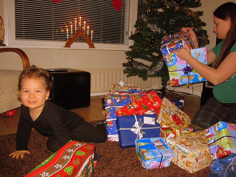 А подарки, предназначенные другим родственникам, брал у Йоулупуки и отдавал им в руки