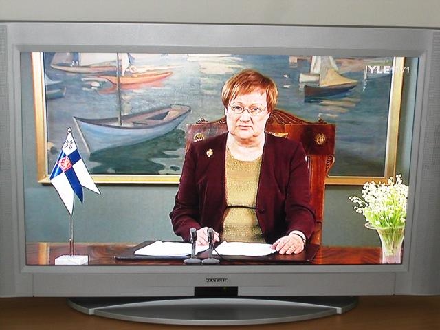 Президент Финляндии говорит 30 минут, причем 15 минут по-фински, а потом тоже самое по-шведски