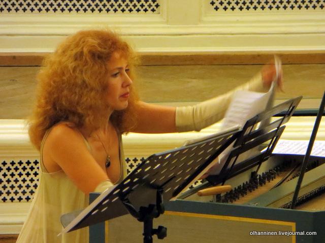 10 Ирина переворачивает ноты