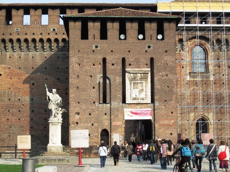 В Милане замок-крепость есть