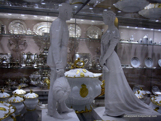 Хофбург серебряный и фарфоровый сервиз со статуэткой государей