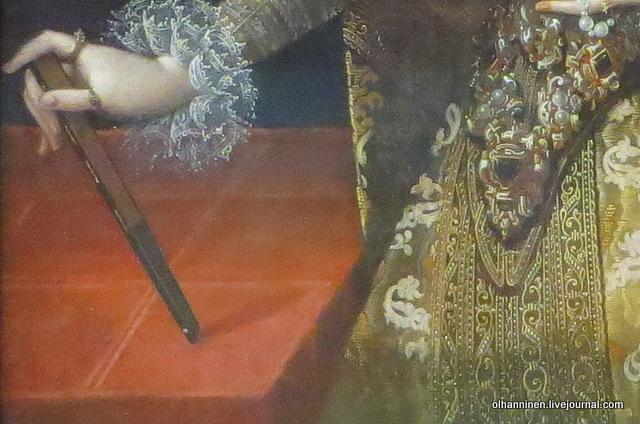12 в правой руке нож или веер