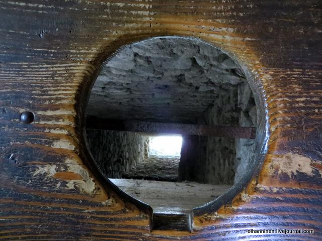 Туалет в Шильонском замке, вид на скалы, перекрыт, чтобы не пролезли враги