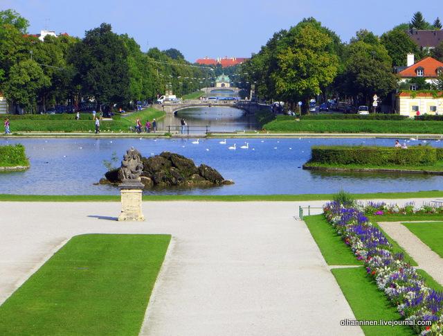 01 вид на пруд с лебедями с лестницы дворца Нимфенбург