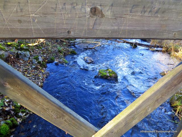 12 водопад сквозь деревянный мостик
