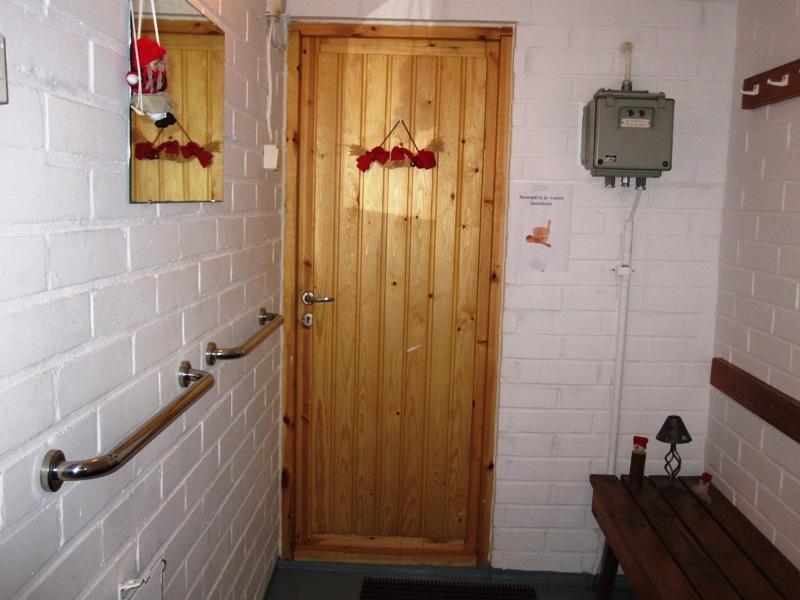 Сейчас сауна украшена перед Рождеством рождественскими украшениями