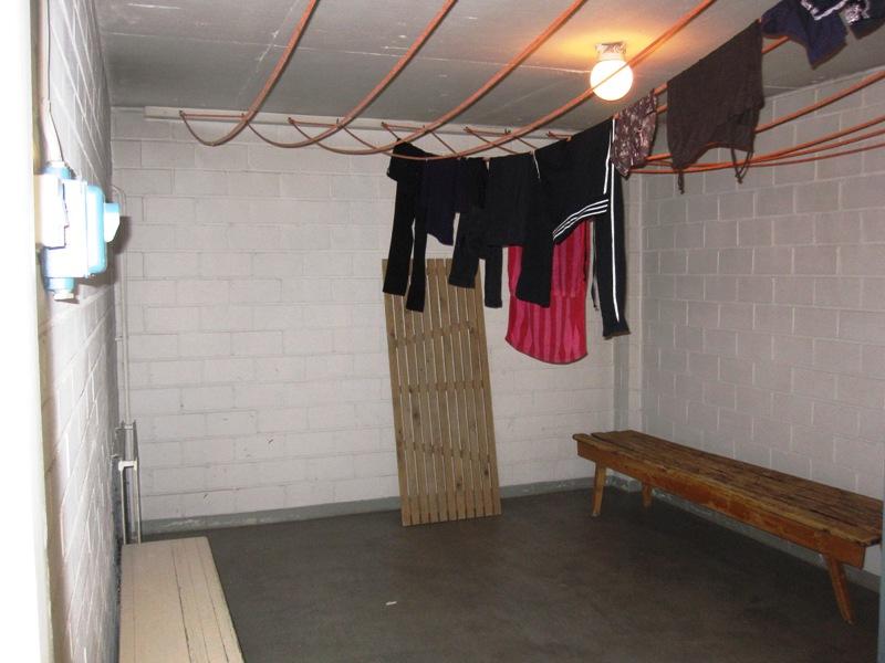 В помещении для сушки натянуты веревки и имеется обогревательная машина