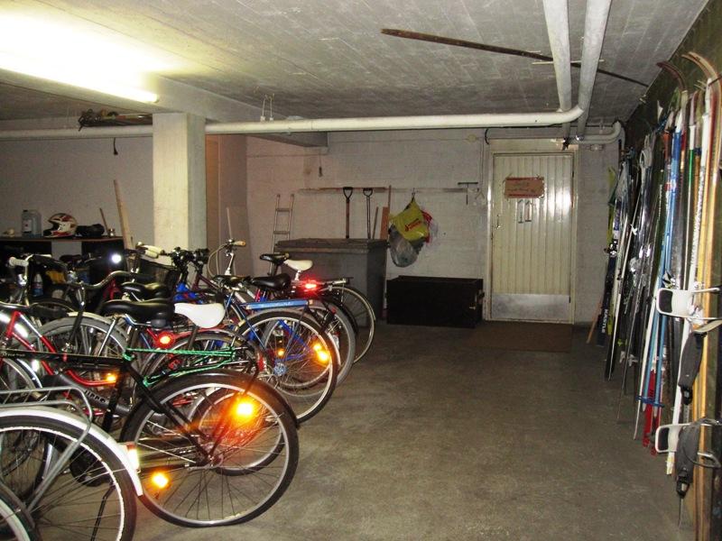 В финских подвалах часто находятся даже крытые стоянки для велосипедов и лыж