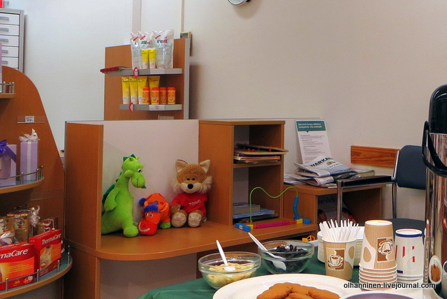 удобные стулья и игрушки для детей