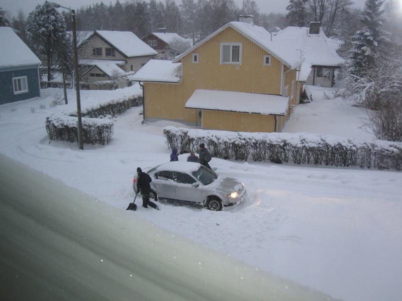 Прямо под окном застряла машина, а водитель и пассажиры ее откапывают из снега