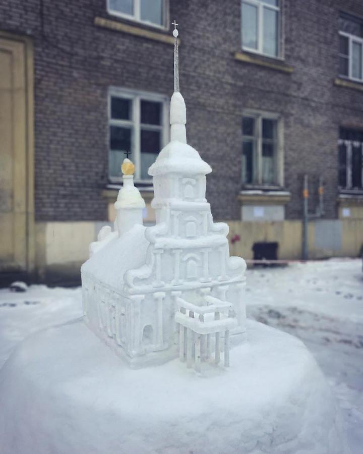 Снежный Петропавловский собор появился во дворе на Чёрной речке