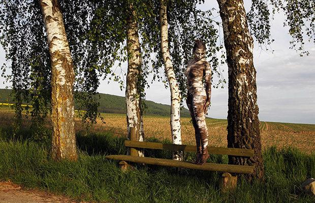 Невидимые формы в картинах немецкого боди-арт художника... (найти обнаженную девушку)