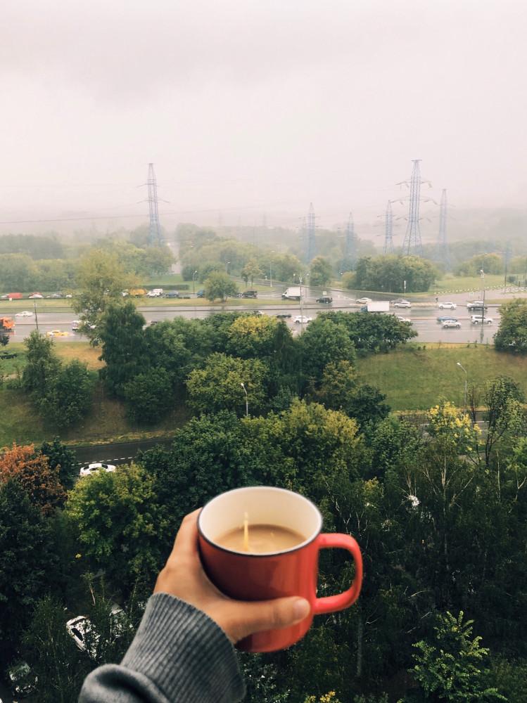 Лило невероятно сегодня. Отличный день, чтобы остаться дома. Жаль только, что с больным горлом.
