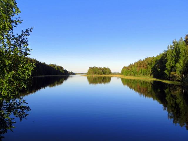 с одной стороны озера