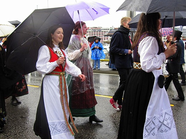 Национальная одежда для обоих полов царила на праздничном параде