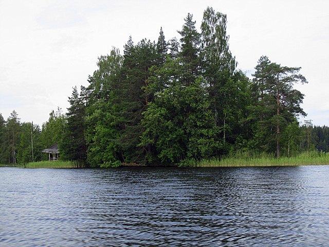 Вот тут домика на острове за деревьями совсем не видно