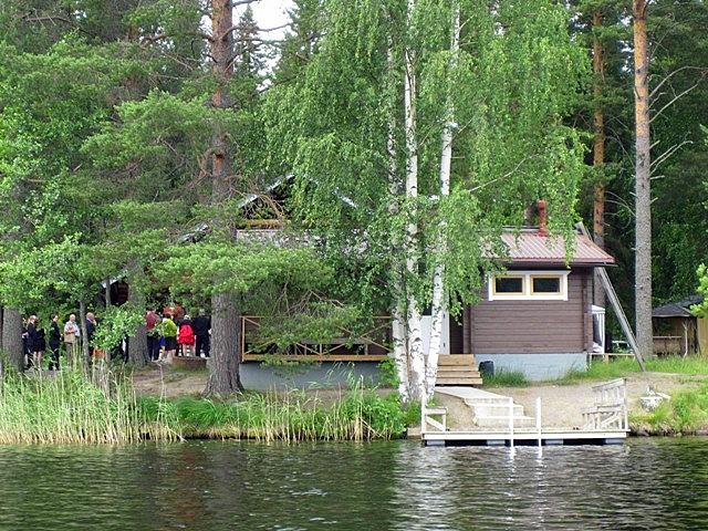 А в этом домике на полуострове играют свадьбу