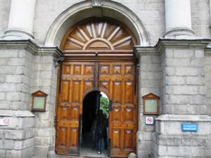 деревянная дверь в воротах, а с собачкамии в университет нельзя