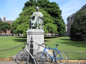 прикованные у памятника Lecky велосипеды