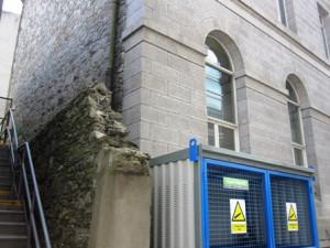 старинные стены соседствуют с более современными