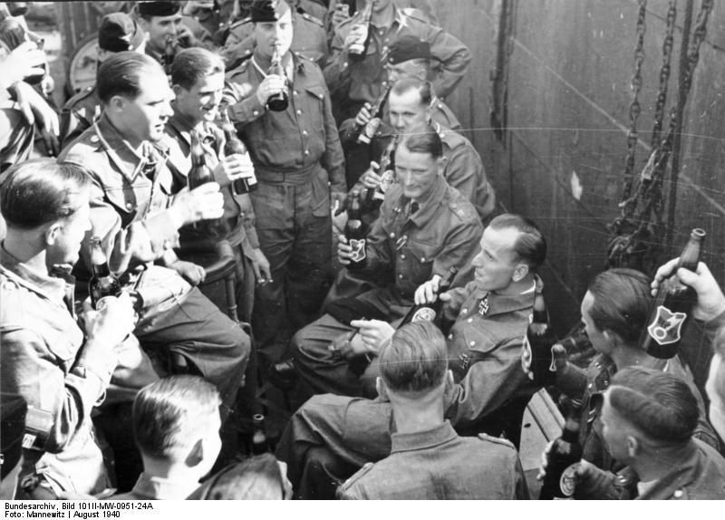 Bundesarchiv_Bild_101II-MW-0951-24A,_Kapitänleutnant_Otto_Kretschmer,_Besatzung-U_99