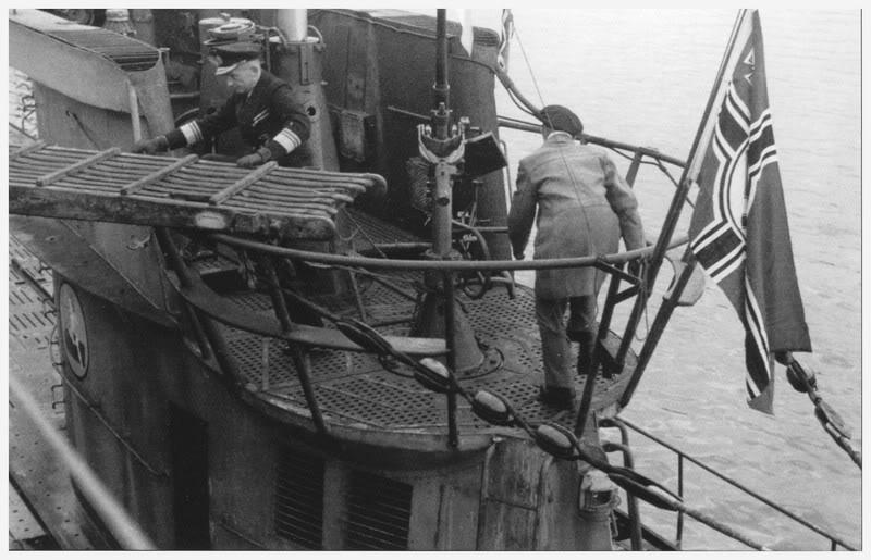 U-38-EvnementpeubanalLeGrandAmiralDonitzaideposerlapasserelle