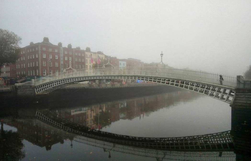 Утренний туман над пешеходным мостом Полпенни в центре Дублина.