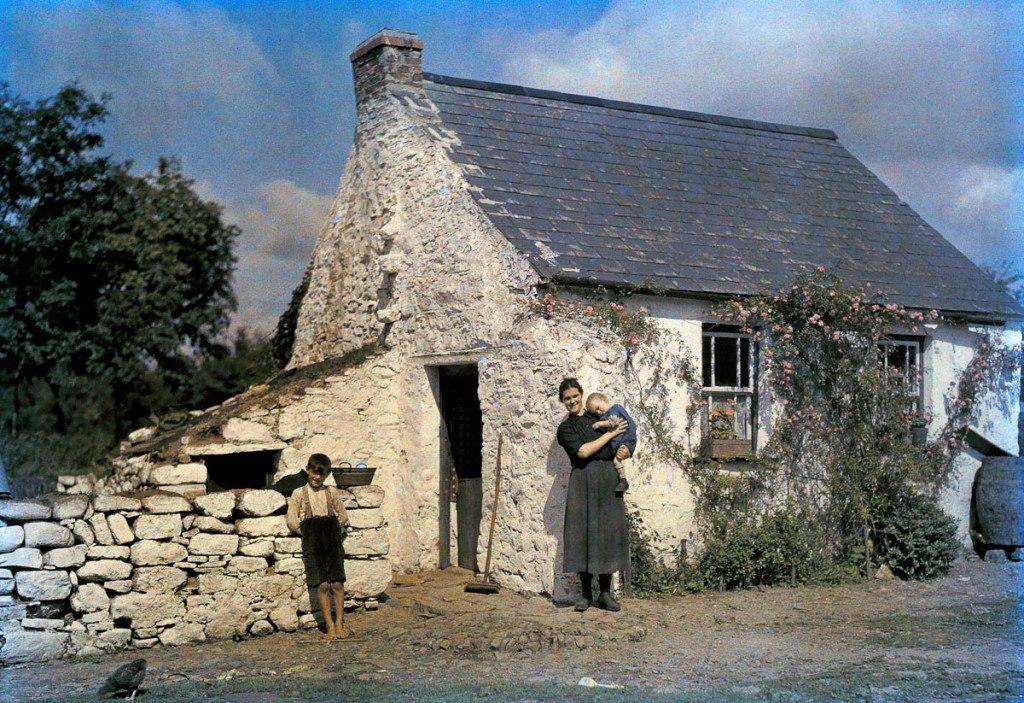 Семья ирландцев у своего дома в графстве Корк.