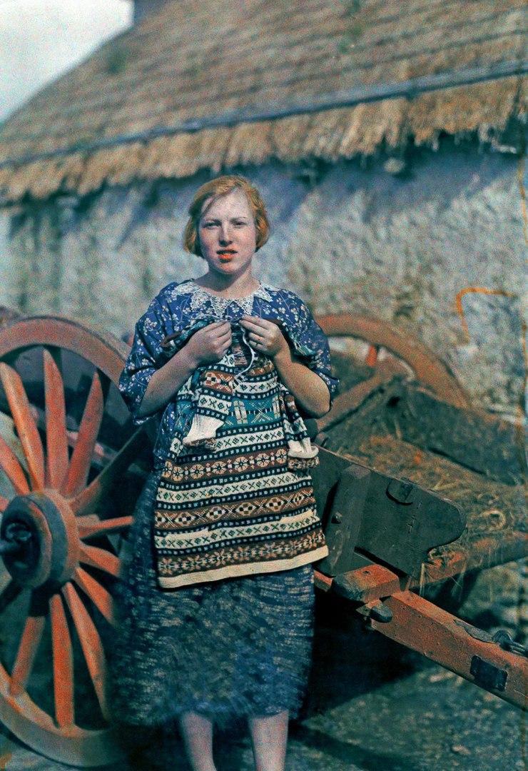 Молодая девушка вяжет одежду, деревня Ардара, 1927 год .