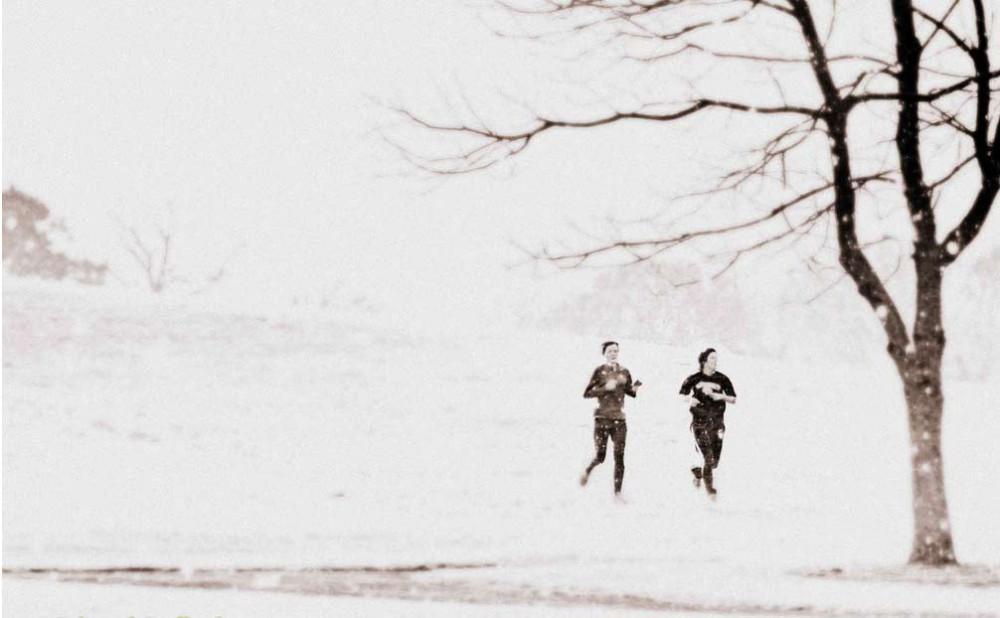 Пара бегунов на снегу в Килкенни.