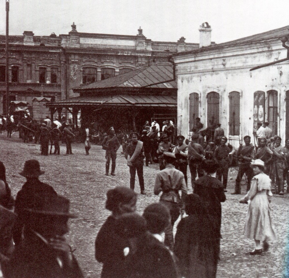 Белые на улицах Омска. Октябрь 1918.jpg