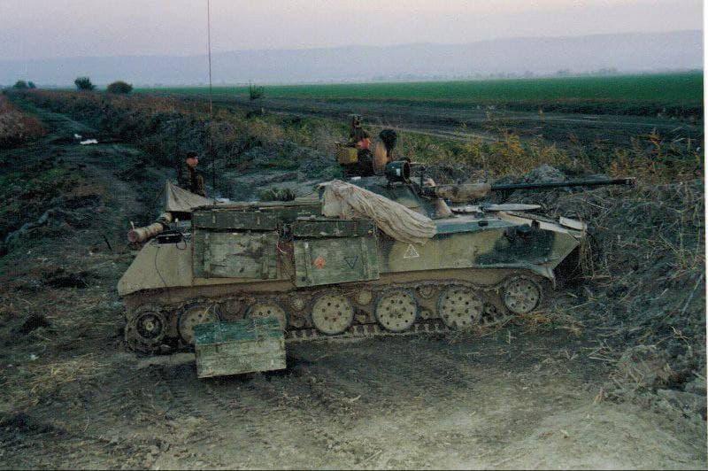 """БМД-2 с дополнительным """"бронированием"""" в виде ящиков"""